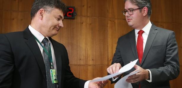 21.set.2017- O diretor-geral do STF, Eduardo Toledo (d), entrega ao secretário-geral da Mesa Diretora da Câmara, Wagner Padilha, os autos da denúncia contra Temer