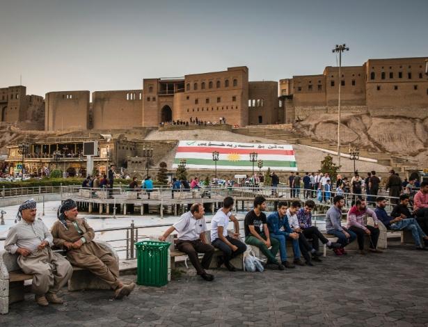 Pessoas sentadas na praça principal do centro de Irbil, na região do Curdistão no Iraque