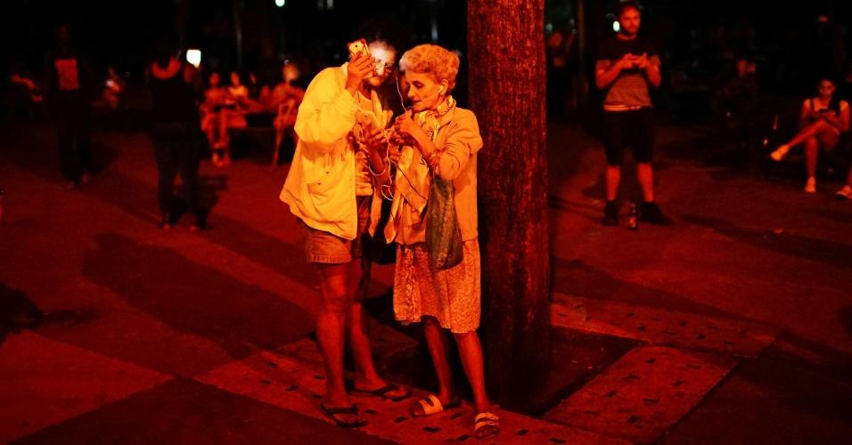 Pessoas se conectam à internet por meio de um ponto de Wi-Fi instalado pelo governo cubano, em Havana