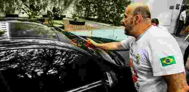 Grupo de manifestantes espalham tomates contra o ministro do Supremo Tribunal Federal Gilmar Mendes na manhã deste sábado. No entanto, os tomates atingiram o carro de outra pessoa - Aloirio Mauricio/Fotoarena/Estadão Conteúdo