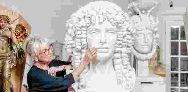 Audrey Flack com um protótipo da estátua de Catarina de Bragança, em seu estúdio em Hampton, Nova York - JOHNNY MILANO/NYT