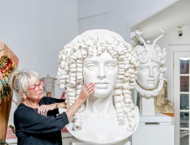 Audrey Flack com um protótipo da estátua de Catarina de Bragança, em seu estúdio em Hampton, Nova York
