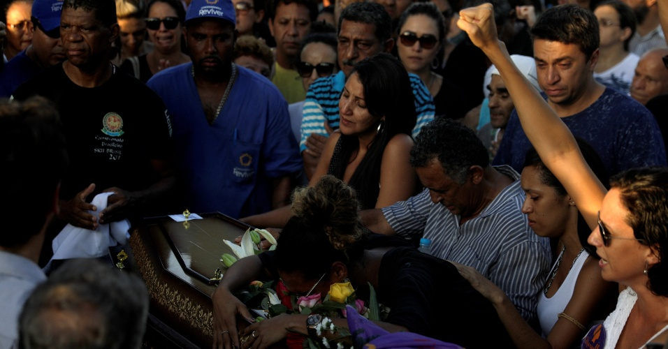 15.mar.2018 - Emocionados, amigos e familiares se despedem da vereadora Marielle Franco (PSOL-RJ)