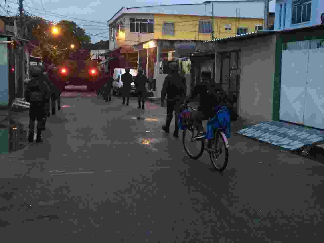 22.mar.2018 - Ainda estava escuro quando homens das Forças Armadas e policiais militares e civis iniciaram operação da Vila Vintém - Luís Kawaguti/UOL
