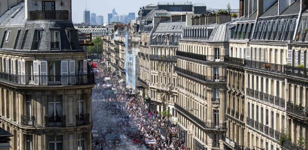 Milhares de pessoas marcharam ao longo de uma das principais ruas de Paris durante uma manifestação contra as políticas do presidente francês, Emmanuel Macron