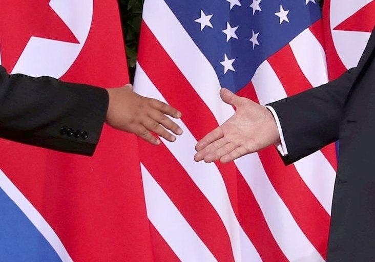 11.jun.2018 - Diante das câmeras, o presidente norte-americano, Donald Trump, e o ditador norte-coreano, Kim Jong-un, encontraram-se em Singapura e deram-se as mãos