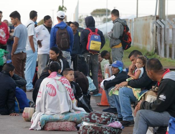 Venezuelanos aguardam pela abertura do centro de triagem para concessão de documentos montado em Pacaraima (Roraima) - NILTON FUKUDA/ESTADÃO CONTEÚDO