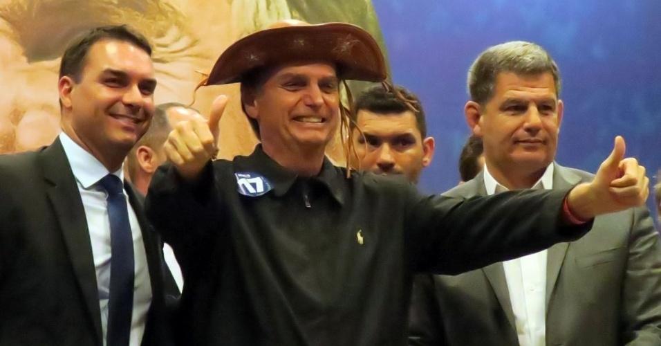 11.out.2018  O candidato à Presidência da República Jair Bolsonaro (PSL) fala à imprensa após encontro com bancada, no Rio