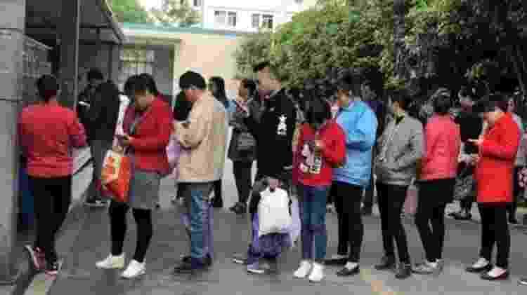 Funcionários aguardam em fila; celulares não podem ser usados na área da linha de produção - Divulgação/China Labor Watch - Divulgação/China Labor Watch
