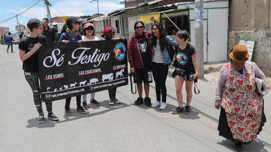 Os ativistas do Save Movement em frente ao matadouro municipal de La Paz. No cartaz, os dizeres: os vemos, os ouvimos, os sentimos - Martin Alipaz/EFE