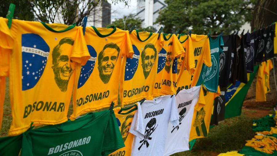 31.dez.2018 - Ambulantes vendem camisetas com imagem de Jair Bolsonaro na Esplanada dos Ministérios em Brasília - Mateus Bonomi/Estadão Conteúdo