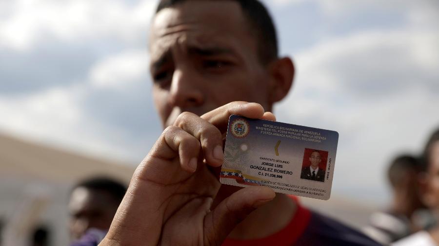 24.fev.2019 - Membro da Guarda Nacional Bolivariana deserta no Brasil e mostra sua identidade na fronteira com Pacaraima (Roraima) - Ricardo Moraes/Moraes