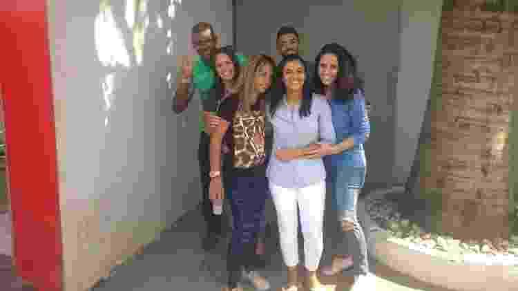 Danielle Estevão Fortes (centro) reencontra a família após ficar 11 dias presa - Reprodução/Redes sociais