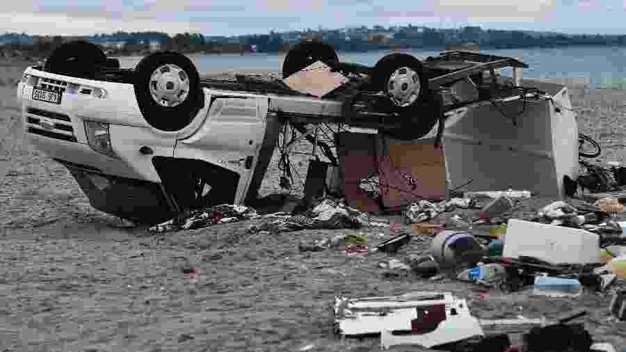 11.jul.2019 - Automóvel tombado após fortes ventos atingirem praia onde casal morreu na Grécia - Sakis Mitrolidis/AFP