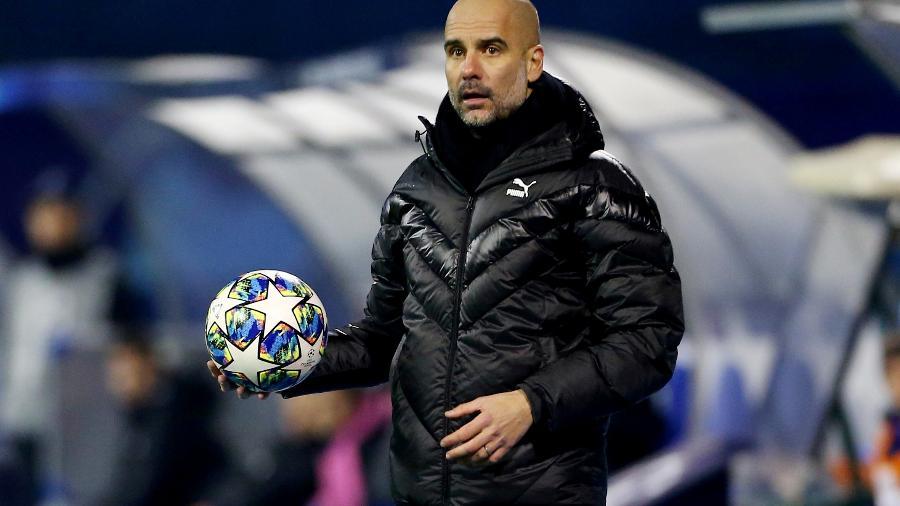 Pep Guardiola durante partida do Manchester City contra o Dinamo Zagreb pela Liga dos Campeões -