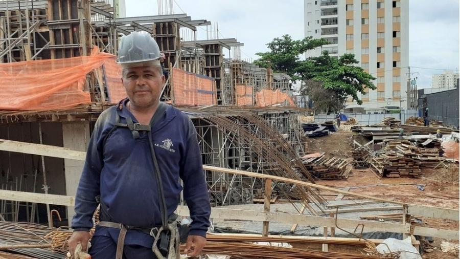 Em 30 anos trabalhando na construção, Abdon não consegue lembrar de uma crise tão ruim quanto a de 2016-2017 - BBC