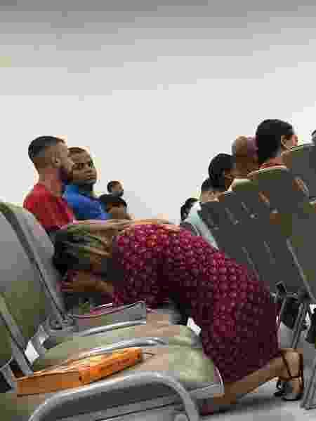 Fiel se ajoelha e faz oração antes de culto promovido por Silas Malafaia - Herculano Barreto Filho/UOL - Herculano Barreto Filho/UOL