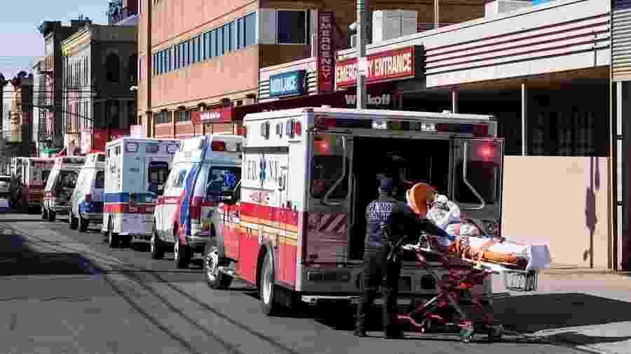 1º.abr.2020 - Paramédicos transportam paciente para atendimento de emergência no Brooklyn, Nova York (EUA) - Justin Lane/EFE/EPA/