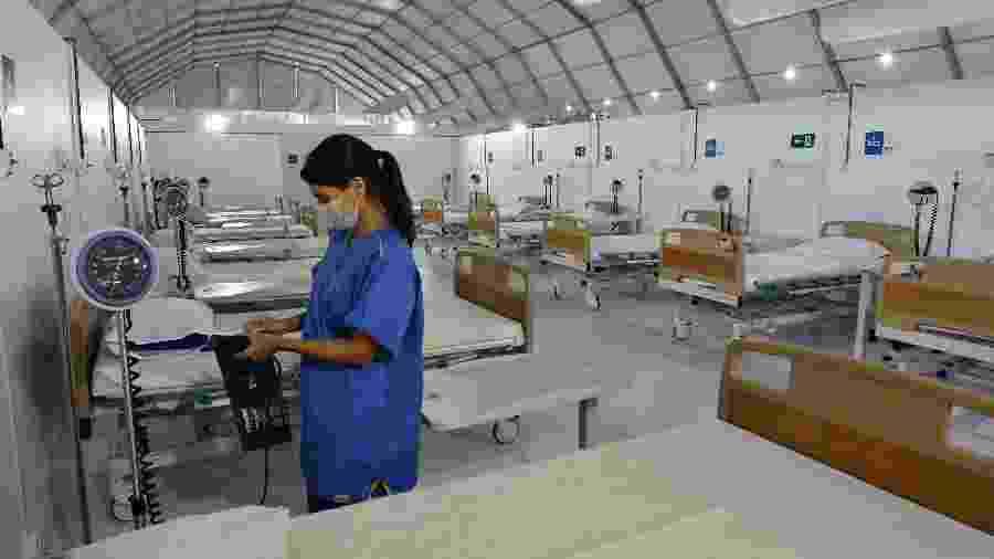 25.abr.2020 - Profissional de saúde organiza equipamentos no Hospital de Campanha do Leblon, zona sul do Rio de Janeiro - Alexandre Brum/Enquadrar/Estadão Conteúdo