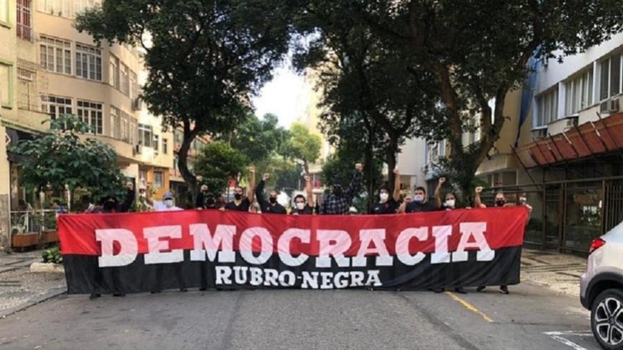 Rubro-negros realizaram manifestação contra Bolsonaro em Copacabana, no domingo - Reprodução/Twitter