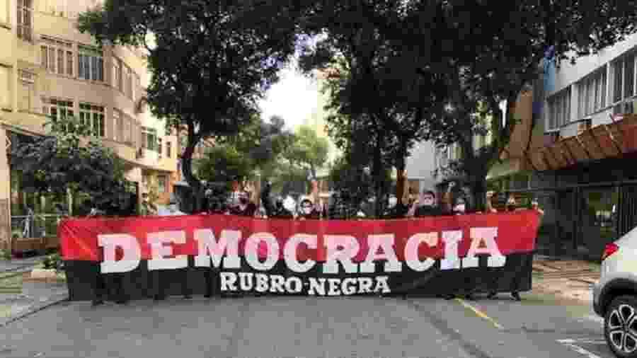 31.mai.2020 - Rubro-negros realizaram manifestação contra Bolsonaro em Copacabana - Reprodução/Twitter