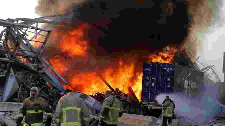 Os bombeiros libaneses apagam incêndio no local de uma explosão no porto da capital Beirute - 4 de agosto de 2020 - STR / AFP