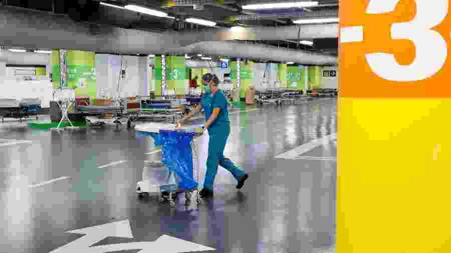 Médica em estacionamento do hospital Rambam, em Haifa, Israel. Com muitos pacientes com covid, foram instaladas alas no local para recebê-los - JACK GUEZ/AFP