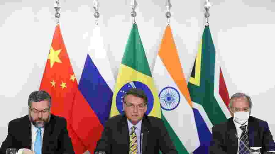 17.nov.2020 - O presidente Jair Bolsonaro ao lado dos ministros Ernesto Araújo (Relações Exteriores) e Paulo Guedes (Economia)  - Marcos Corrêa/PR
