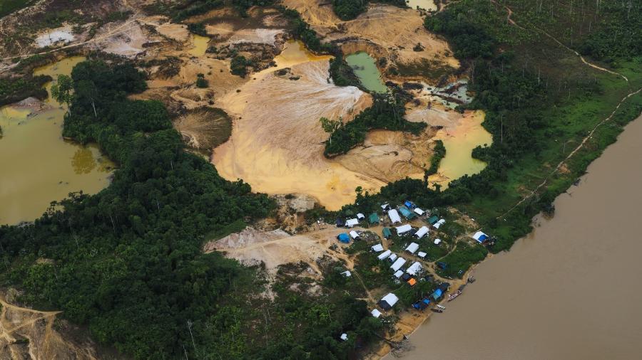 Acampamento garimpeiro no rio Uraricoera, região Waikás, na Terra Indígena Yanomami, em dezembro de 2020 - Acervo ISA/Divulgação