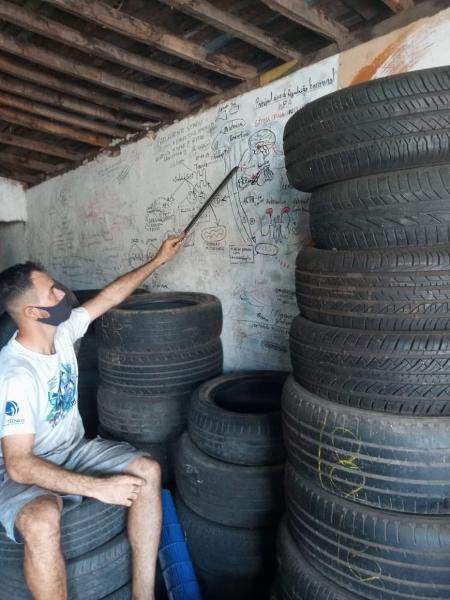 Borracheiro Vladimir Brito usa as paredes de sua oficia em Teresina (PI) para revisar o conteúdo da faculdade de educação física - Divulgação