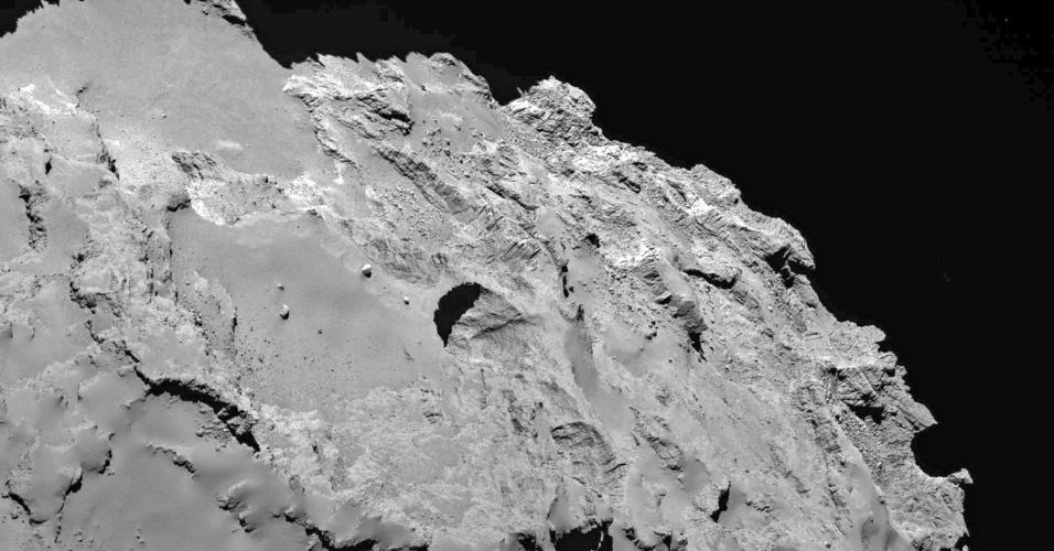 1º.jul.2015 - Imagem mostra a crater mais ativa encontrada na superfície do cometa 67P/Churyumov-Gerasimenko pela sonda Rosetta, em imagem divulgada nesta quarta-feira (1º). O cometa que está sendo estudado pela Rosetta tem buracos enormes em sua superfície, grandes o suficiente para engolir a pirâmide de Gizé, do Egito, segundo a pesquisa publicada na quarta-feira. As crateras são sumidouros formados quando o gelo sublimado na superfície do cometa, transformado diretamente em gás
