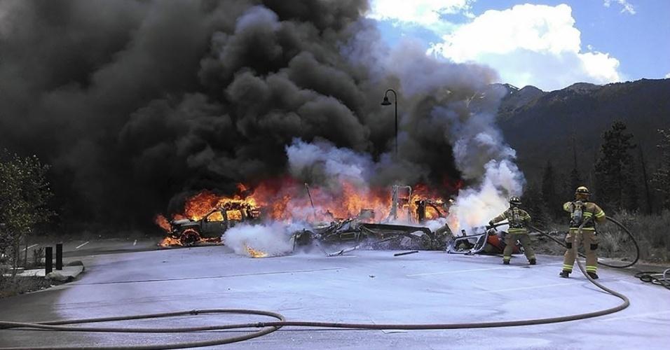 3.jul.2015 - Bombeiros trabalham para apagar o fogo provocado pela queda de um helicóptero de atendimento médico na cidade Frisco, no Colorado. O piloto morreu dois passageiros, ficaram gravemente feridos. Não havia pacientes a bordo. A polícia investiga as causas do acidente