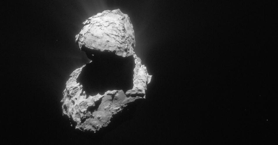 6.ago.2015 - Com a sonda Rosetta a 124 Km de distância do cometa 67P / Churyumov-Gerasimenko, em 16 de abril de 2015, a extensão do aumento de atividade no corpo pôde ser monitorada, apesar de uma leve nebulosidade envolver grande parte do núcleo. Em 6 de agosto de 2014, a Rosetta iniciou observações detalhadas, incluindo o mapeamento da superfície do núcleo em busca de um local de pouso adequado para sonda Philae