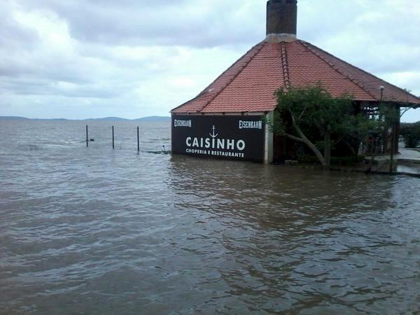 17.out.2015 - Na cidade de Guaíba, na região metropolitana de Porto Alegre, a Defesa Civil está em alerta por causa do nível do rio. Os bairos de Alvorada e Engenho são os locais com mais alagamentos. As fortes chuvas que atingiram o Rio Grande do Sul nas últimas semanas vêm danificando estradas, alagando bairros inteiros e elevando o volume dos rios para níveis acima do normal