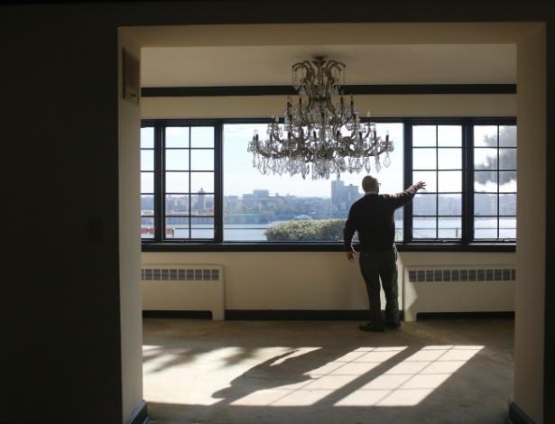 Interior da antiga casa do mafioso Albert Anastasia em Fort Lee, Nova Jersey; imóvel de 25 quartos irá a leilão em dezembro
