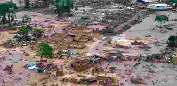 7.nov.2015 - Casas ficaram completamente destruídas pelo rompimento de barragens que aconteceu na quinta-feira (5), em Bento Rodrigues, distrito de Mariana (MG). Pelo menos 128 residências foram destruídas pela onda de lama e dejetos. Mais de 500 pessoas foram registradas como vítimas da tragédia, e hospedados em hotéis e pousadas do município - Antonio Cruz/Agência Brasil