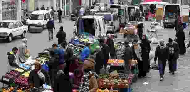 Feira no bairro Molenbeek, em Bruxelas, onde suspeitos de ligação com ataques foram detidos - Yves Herman/Reuters