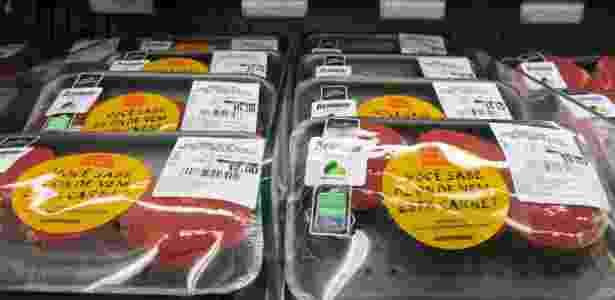 Adesivos de campanha do Greenpeace colados em embalagens de carne - Zé Gabriel/Greenpeace