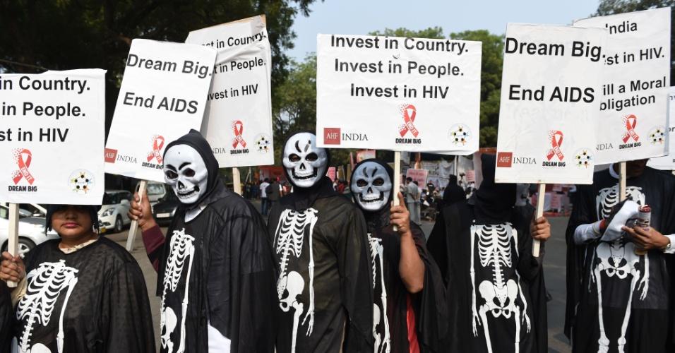 1º.dez.2015 - Pessoas que vivem com HIV/Aids carregam cartazes durante protesto em Nova Déli, Índia. Eles exigem a retomada efetiva do programa de assistência aos portadores do vírus, que tem diminuído nos últimos anos no país
