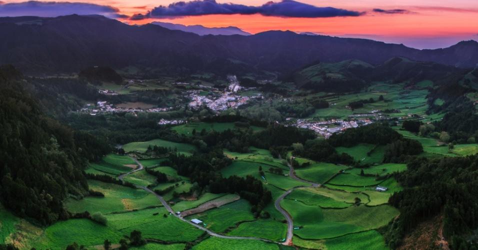 Amanhecer na ilha. Momentos antes de amanhecer no horizonte da Ilha de São Miguel, Portugal. A ilha é parte do arquipélago dos Açores, que encanta turistas com as trilhas desafiadoras e esportes aquáticos