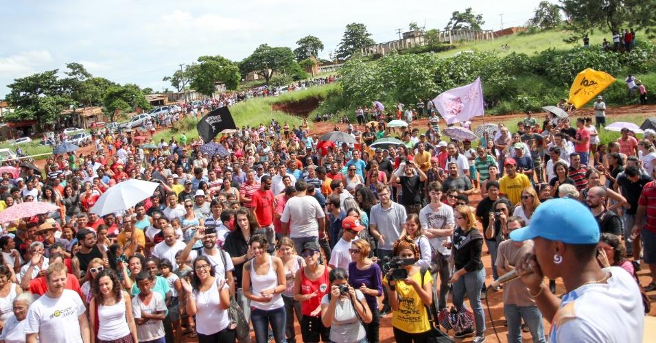16.jan.2016 - Moradores da ocupação Vila Soma realizam ato em comemoração à suspensão da reintegração de posse do terreno onde estão instalados, em Sumaré (SP)