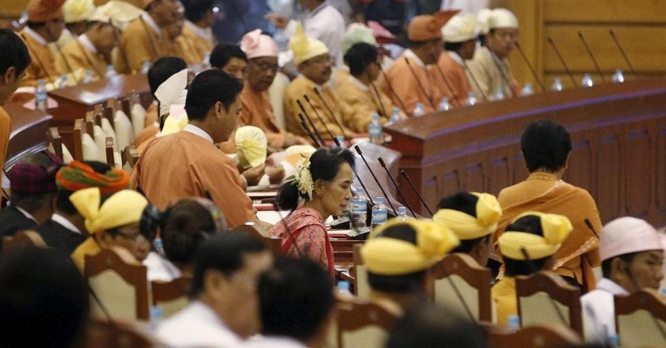1º.fev.2016 - A líder da Liga Nacional para a Democracia (NLD) e Prêmio Nobel da Paz Suu Kyi participa da abertura do ano parlamentar em Mianmar. O Congresso do país foi constituído nesta segunda-feira com os novos deputados escolhidos nas últimas eleições, e no qual o partido de Suu Kyi terá maioria suficiente para formar o governo