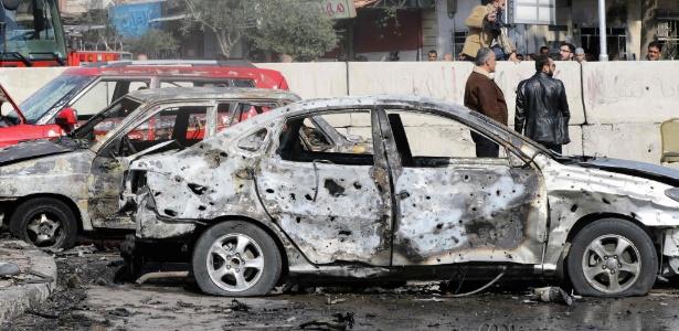 9.fev.2016 - Sírios observam arredores de local alvo de ataque suicida no distrito de Masaken Barzeh, em Damasco, na Síria