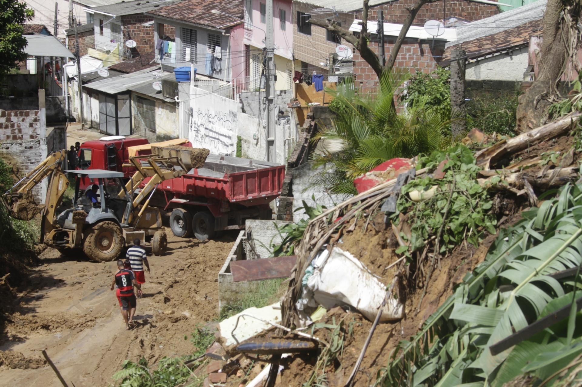 31.mai.2016 - A forte chuva que atingiu o bairro de Águas Compridas, em Olinda, nesta segunda-feira (30) causou deslizamento de terra. Balanço feito pela Agência Pernambucana de Águas mostrou que até as 17hs de ontem foram registrados 138 chamados, sendo, 79 ocorrências de alagamentos, além de 24 deslizamentos e nove quedas de árvores. Ao menos seis pessoas morreram no Grande Recife