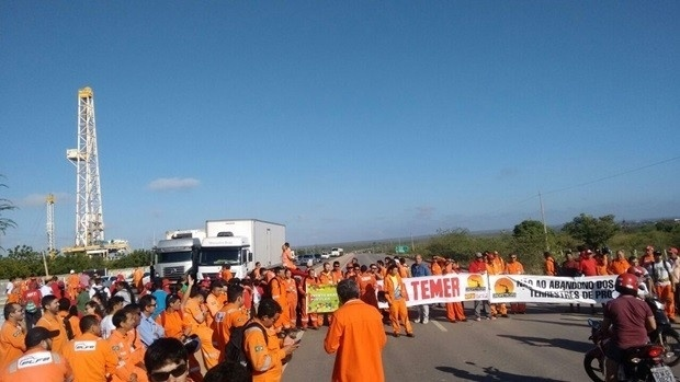 10.jun.2016 - Petroleiros do Rio Grande do Norte bloquearam trecho da BR-304, em Mossoró, região oeste do Estado, na manhã desta sexta-feira (10) em protesto contra o governo do presidente interino, Michel Temer