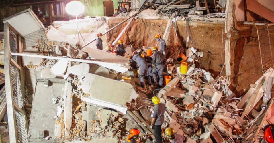 16.jun.2016 -Bombeiros trabalham durante a madrugada no local do desabamento de igreja evangélica em Diadema, na Grande São Paulo. O acidente ocorreu poor volta das 15h durante uma cerimônia