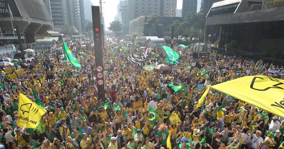 31.jul.2016 - Manifestantes pedem o impeachment da presidente Dilma (PT) na avenida Paulista, em São Paulo. O ato, que até o meio da tarde não lota a avenida como outros realizados neste ano, foi chamado por movimentos de oposição ao PT e contra a corrupção