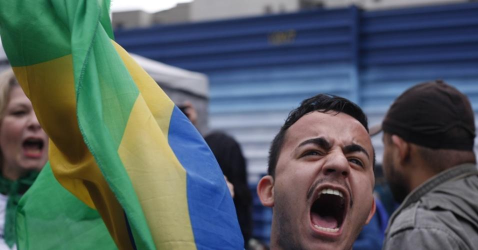 31.ago.2016 - Manifestante comemora o impeachment da presidente Dilma Rousseff na avenida Paulista. Dilma foi condenada nesta quarta-feira (31) pelo Senado no processo de impeachment por ter cometido crimes de responsabilidade na condução financeira do governo. O impeachment foi aprovado por 61 votos a favor e 20 contra. Não houve abstenções
