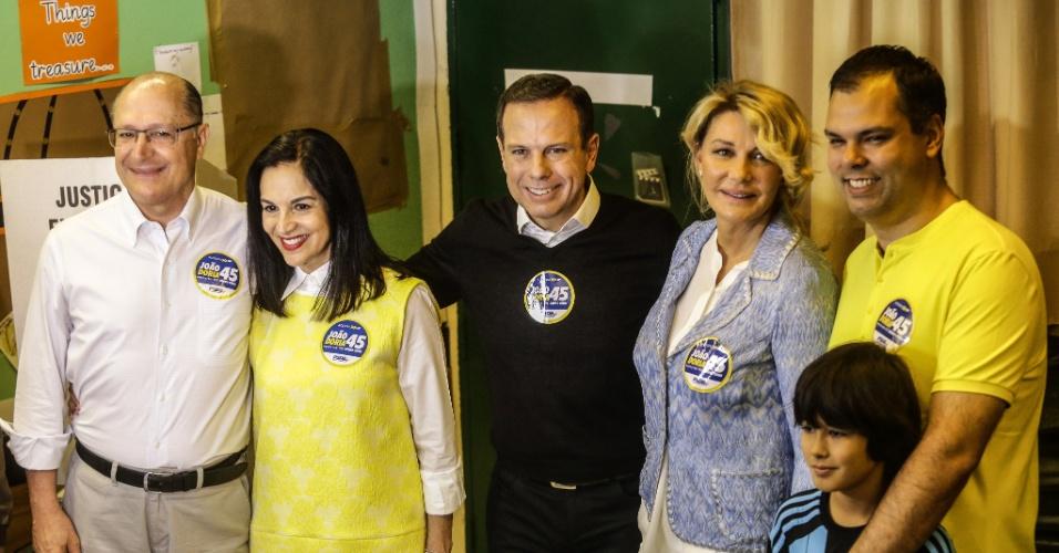 2.out.2016 - Candidato a prefeito de São Paulo, João Doria (PSDB) votou ao lado da mulher, Bia Doria, e do governador do Estado, Geraldo Alckmin (PSDB), por volta das 9h20, em uma escola na região dos Jardins, mesmo bairro onde reside, na zona oeste de São Paulo. Algumas pessoas chegaram a gritar seu nome na porta do colégio, mas foram contidas por seguranças. O grupo agora dirige-se ao local de votação de Alckmin e, em seguida, vai a uma missa