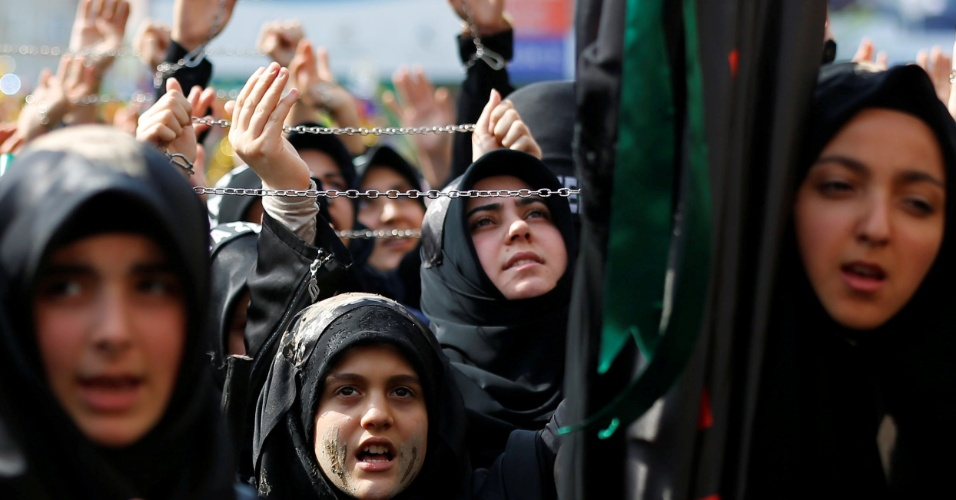 11.out.2016 - Mulheres muçulmanas xiitas gritam slogans islâmicos durante procissão da Ashura em Istambul, na Turquia